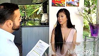 Нанниспи азијски бебиситерка јаде кусх ухваћени на делу давање сексуалне масаже