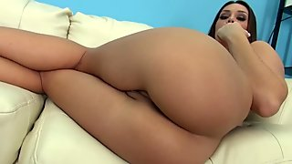 Voluptuous solo girl pleasures her pussy