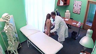 Lääkäri runkkaukset koskettaa suuria tyttöjä potilasta