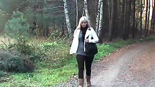 Deutsche Pornodarstellerin Wird beim Spazieren von Einem Fan M...