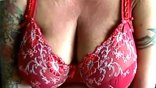 Dumpy mature whore with droopy boobs fingers her kitty greedily